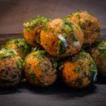 סלט ירוק עם חמוציות ואגוזים – מתכון פשוט, בריא וטעים במיוחד!